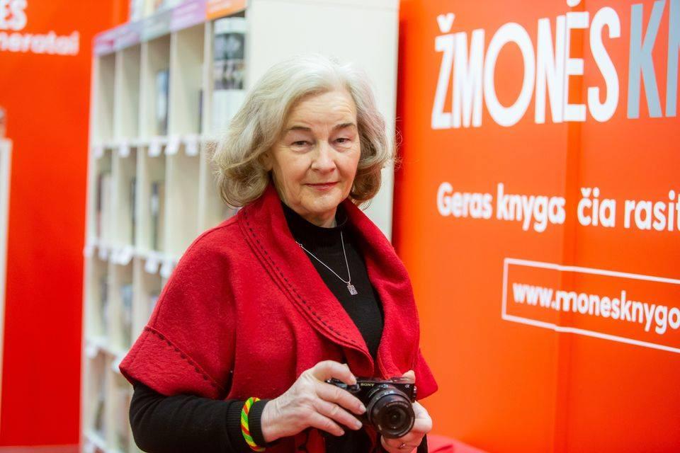 senjore moteris laiko fotoaparata