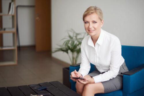 jauna moteris sedi ant sofos