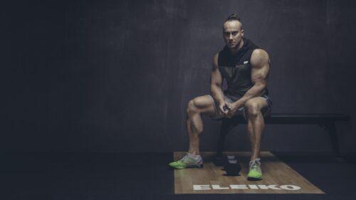 raumeningas vyras sedi sporto saleje