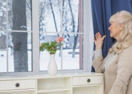 sviesiaplauke senjore moteris ziuri pro langa namuose