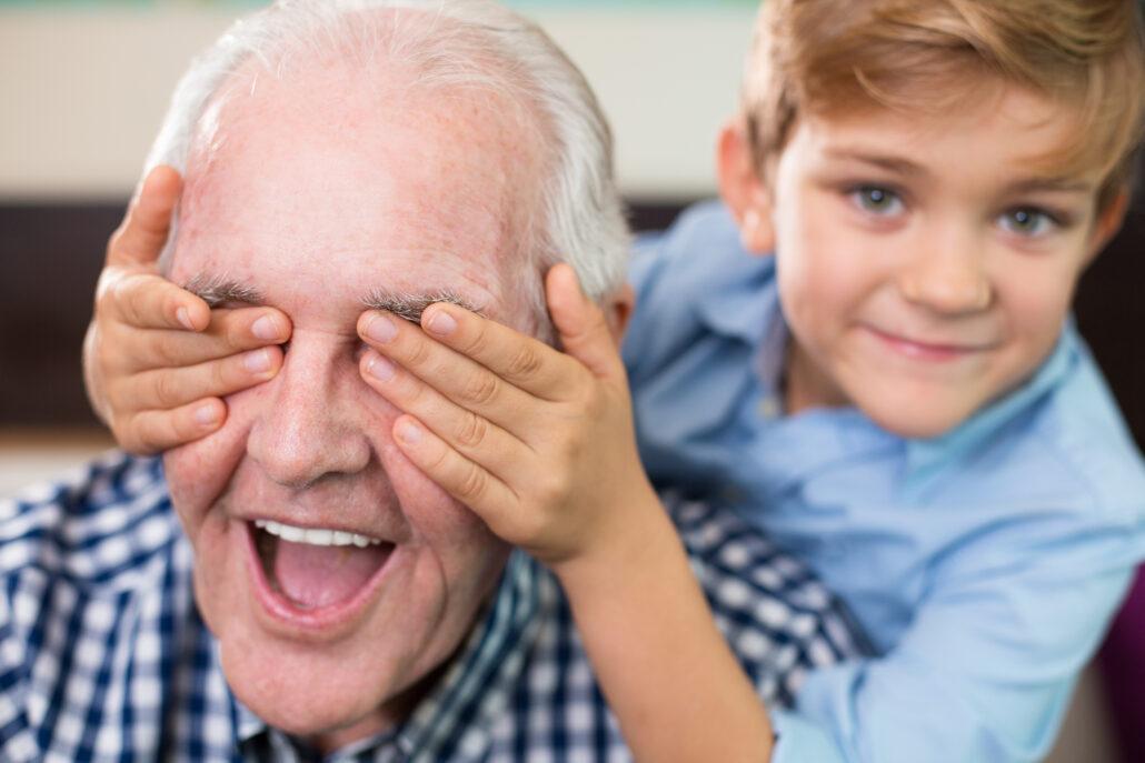 besisypsantis senelis uzdengtomis akimis su anuku
