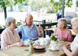 zmoniu pokalbis lauko kavineje