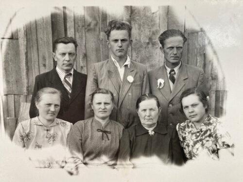 trys vyrai ir keturios moterys sedi