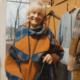 moteris senjore su paltu
