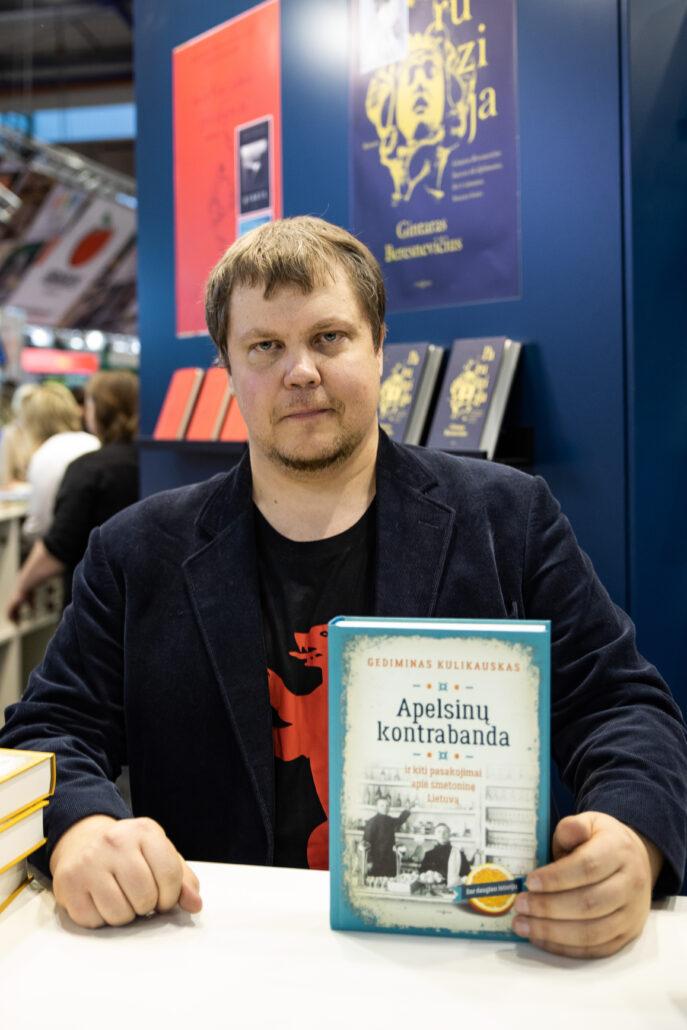 knygos autorius vyras rodo savo knyga