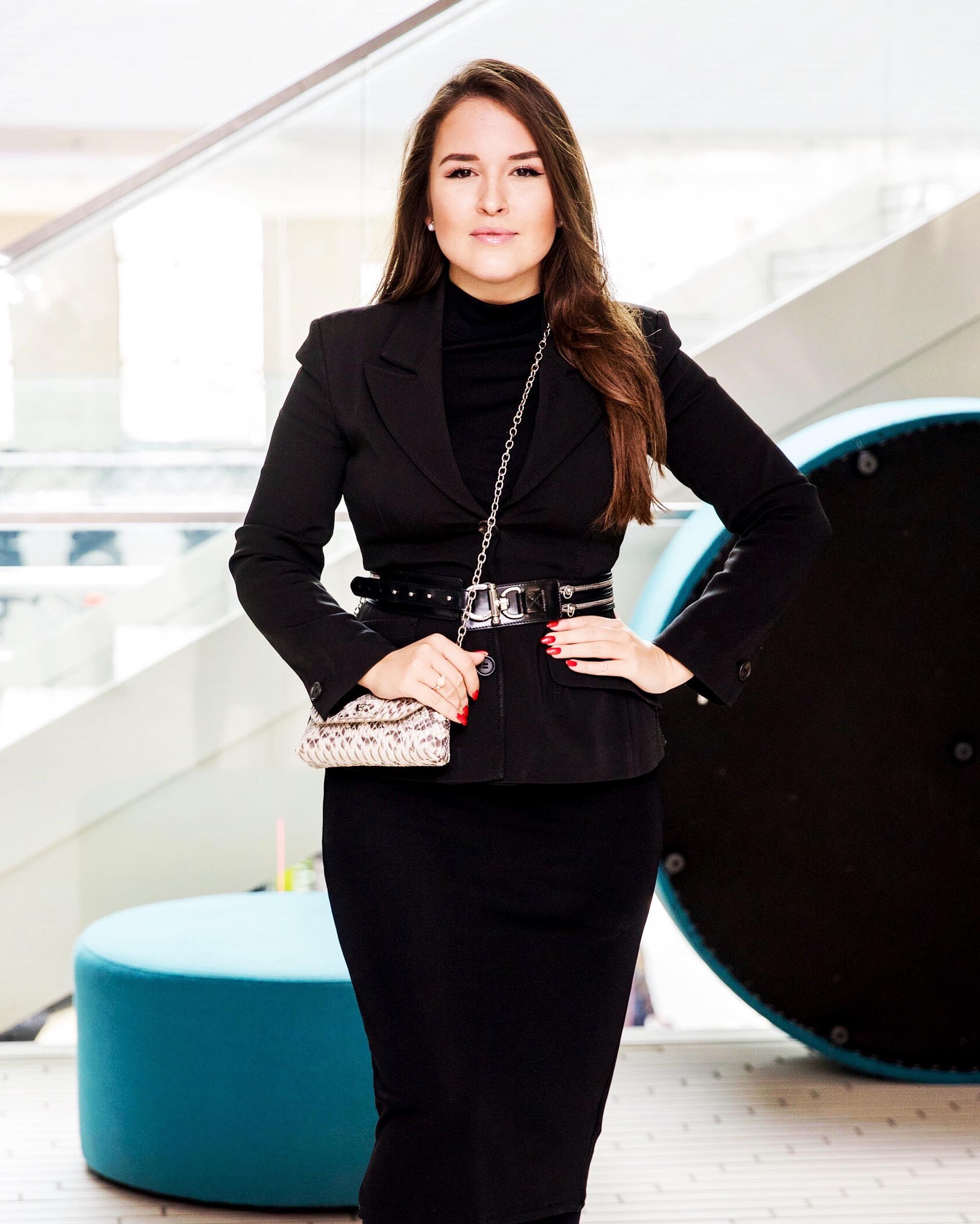jauna moteris apsirengusi juodai